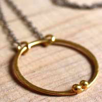 Enclos d'or, collier cercle du couple en or et argent
