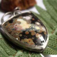 Juuri, pendentif forêt boréale en argent et jaspe océan