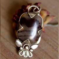 Pendentif fleur en argent avec jaspe en fer de Loha