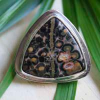 Delta, bague triangulaire en argent avec jaspe léopard